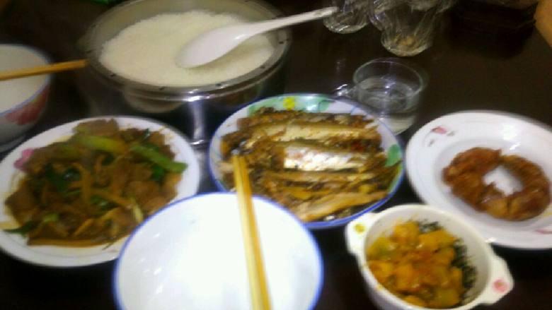 午餐:蒸香肠,蒜苗溜肉片,香煎鱼,香椿窄莱,米饭。
