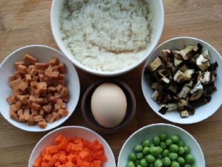 电饭锅什锦焖饭,干香菇提前泡发后切小丁,火腿、胡萝卜切小丁、大米淘洗一遍。