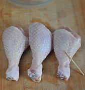 简版葱油鸡,鸡腿洗净沥干,用牙签戳些洞洞,方便入味。葱切段,姜切片,红椒切丝。
