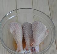 简版葱油鸡,用半茶匙盐抹遍鸡腿,再加一茶匙料酒,腌制30分钟。
