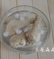 简版葱油鸡,把蒸好的鸡腿用冷水冲凉后,浸入冰水中。