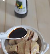 简版葱油鸡,鸡腿凉透后,切块装盘,浇上一汤匙生抽,撒上葱花和红椒丝。