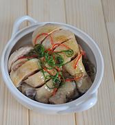 简版葱油鸡,锅中倒入两汤匙色拉油和一汤匙香麻油,烧热后马上淋在鸡块上即可。