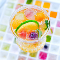 彩色冰块气泡水