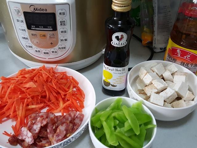 香芋腊肠饭的做法和步骤第1张图