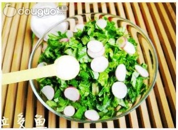佐粥小菜呛拌萝卜缨的做法和步骤第2张图