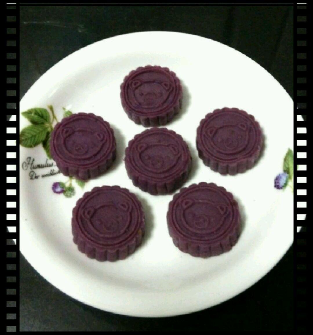 美味紫薯糕简介及特色: 这道美味紫薯糕不仅像其他菜一样含有丰富的营养,而且还口感特别好,并有较好的食疗功效。它主要的材料由 紫薯(500g); 牛奶 (适量); 蜂蜜 ,糖 桂花 , 柚子 茶(适量); 冰糖 (适量适量); 豆沙 馅(200g); 蓝莓 酱(一瓶,用不完);中筋 面粉 (100g); 橄榄油 (适量)组成,制作过程简单,100%成功,特别值得强烈推荐 !