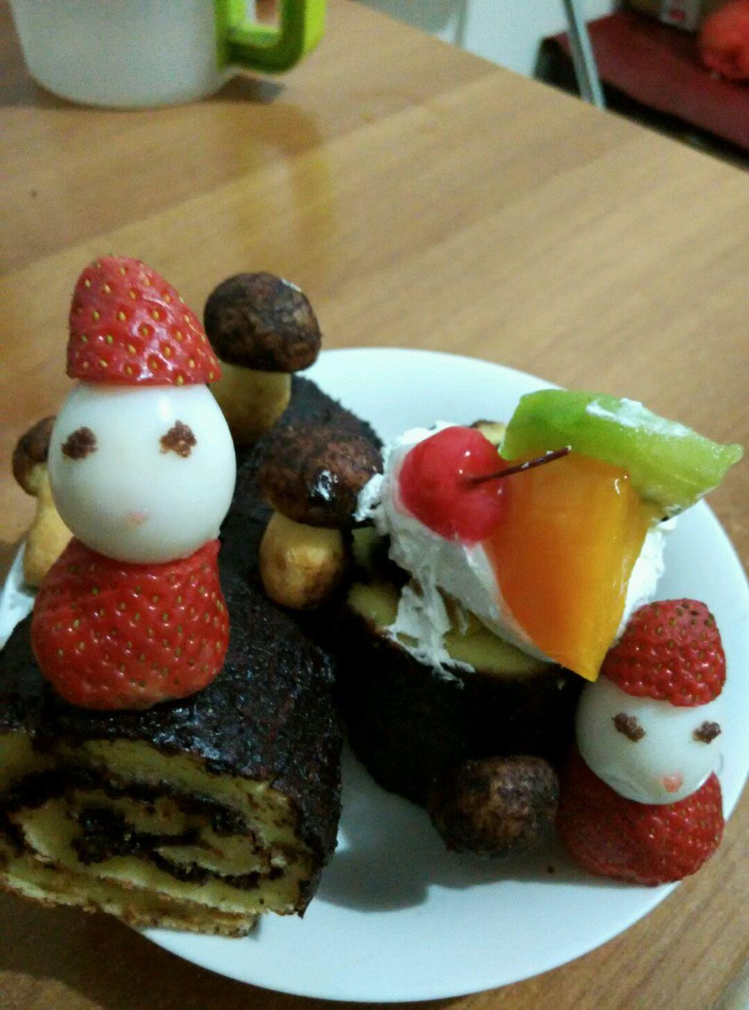 圣诞树桩蛋糕简介及特色: 树桩蛋糕是法国圣诞美食。法国人民天生浪漫,连美食传说也很浪漫。传说在电力还没发明之前在法国有个贫穷的小伙子在圣诞节期间没钱给心爱的姑娘买礼物,就在森林里捡了根木头当做圣诞节礼物送给了心爱的姑娘,没想到确赢得了芳心从此小伙子一路平步青云交上了好运之后法国人民就在圣诞节做树桩蛋糕 浏览: 18次