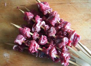煎烤麻辣孜然澳洲牛肉串的做法和步骤第2张图