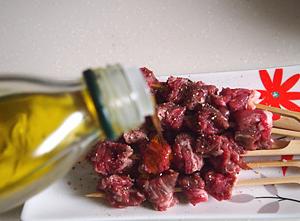 煎烤麻辣孜然澳洲牛肉串的做法和步骤第4张图