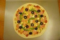 黑橄榄培根虾仁披萨,撒上一层马苏里拉芝士,再加入虾仁,剩余的黑橄榄也放上,最后再撒马苏里拉芝士