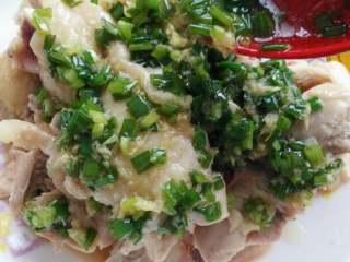 ≈葱油鸡≈,把葱油倒入姜,葱花中,拌匀,加入适量鸡汤和盐,还有生抽拌匀,淋在鸡腿上即可