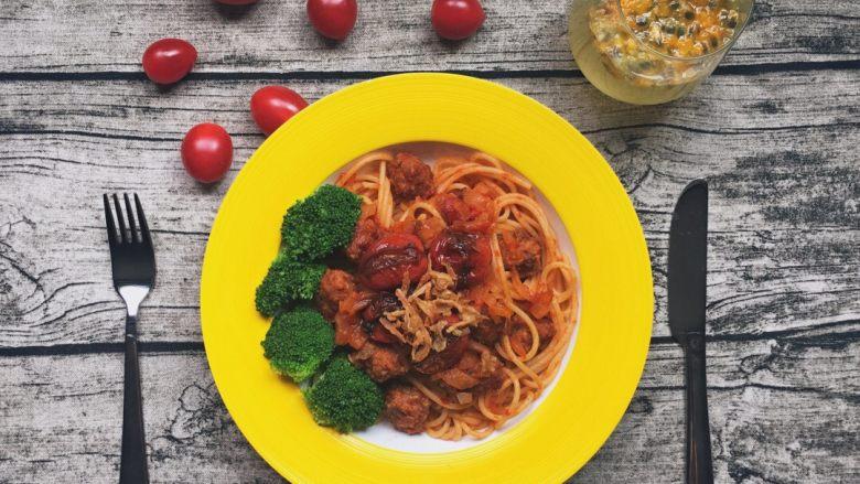 自制肉丸和油浸小番茄的肉丸红酱意面