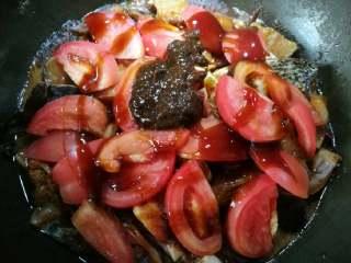 啤酒鱼,放入切好的蕃茄片、豆瓣酱,淋上蚝油并倒入剩余的碑酒,不要放水。