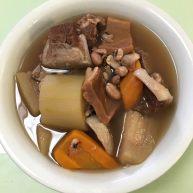 毛瓜、胡蘿蔔、花生、眉豆、墨魚煲扇骨湯
