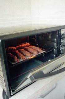 【可可果仁面包卷】,放入烤箱,上下火150度,10分钟烤焙。