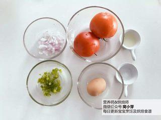 宝宝辅食:番茄炒蛋的另一种吃法,酸甜开胃,准备好所有食材,洋葱和彩椒切碎备用。