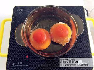 宝宝辅食:番茄炒蛋的另一种吃法,酸甜开胃,番茄尽量挑选成熟的,顶部用刀划十字。准备一锅清水,煮沸,放入番茄烫一分钟(为了更好剥皮)