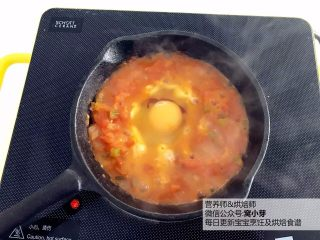 宝宝辅食:番茄炒蛋的另一种吃法,酸甜开胃,用勺子或锅铲在中间挖个洞,把鸡蛋直接打入,然后盖上盖子,转小火炖煮至鸡蛋熟透。因为是给宝宝食用,要确保鸡蛋熟透哈,大人吃可以糖心蛋。