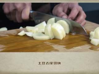 干贝罗宋汤,土豆去皮切块