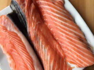 香煎三文鱼骨,加入盐、胡椒粉、橄榄油腌制十分钟