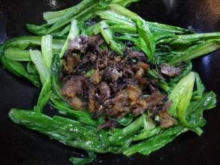 豆豉鲮鱼油麦菜,炒至图中的状态,倒入炒好的豆豉鲮鱼罐头