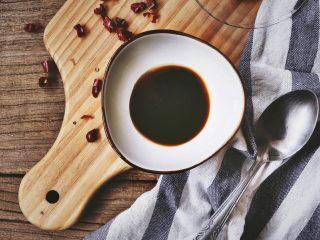 宫保鸡丁(无油 健康低脂),再放入一勺酱油、生抽、料酒 (勺子的大小我拍在旁边了 供大家参考)