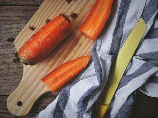 宫保鸡丁(无油 健康低脂),胡萝卜从中间先横着切一刀,再竖切一刀