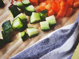 宫保鸡丁(无油 健康低脂),黄瓜用同样的方法切丁
