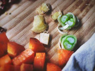 宫保鸡丁(无油 健康低脂),再切几片葱姜备用