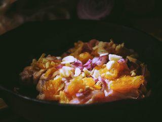 春日小清新之 香橙煎鸡肉,撒上一部分洋葱