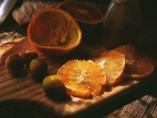 春日小清新之 香橙煎鸡肉,将橙肉切片