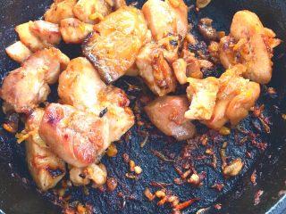 春日小清新之 香橙煎鸡肉,煎至两面变色,变焦黄即可关火