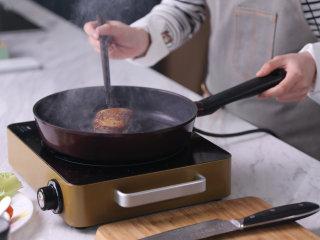 高级又容易做的草莓酱黑醋汁鸭胸肉,将腌制好的鸭胸肉放入锅中加,先把带皮的一面朝下,煎至金黄后翻面再煎至金黄色