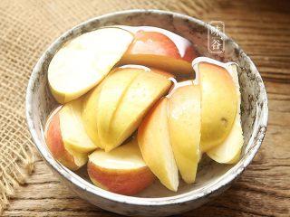 苹果梨子汤, 苹果洗净去籽切块。(随自己喜好去不去皮)
