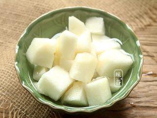 苹果梨子汤,梨子去皮去芯切小块。(如果待用时间长,则需要放到水里,防止氧化变黄)