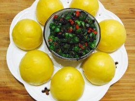 玉米面窝窝配四季豆橄榄菜