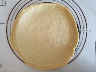 圣女果披萨,擀的面皮比披萨盘略微大一点,放入披萨盘