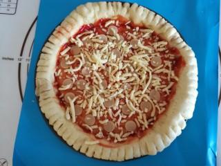 圣女果披萨,再铺上一层火腿肠,撒上马苏里拉芝士