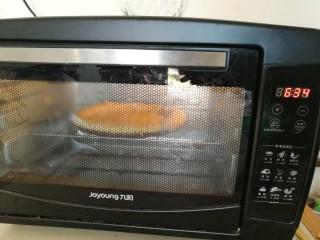 圣女果披萨,放入预热好的烤箱,175度烤7分钟