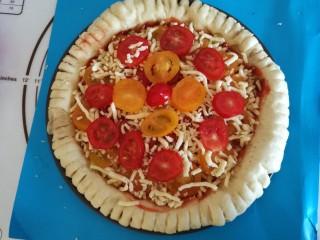 圣女果披萨,在撒一层马苏里拉芝士,最后铺上圣女果就好啦