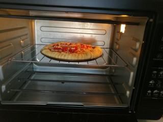 圣女果披萨,放入预热好的烤箱,175度。20分钟即可