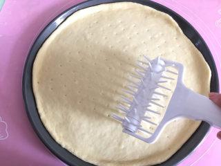 大虾披萨,用披萨滚针或叉子将饼皮叉些小洞,防止烘烤时饼皮鼓起。