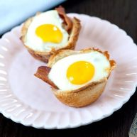 培根,鸡蛋和烤面包杯