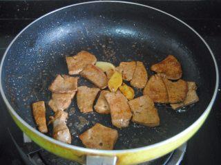 猪肝拌卷粉,变色后加入5克酱油翻炒均匀即可出锅