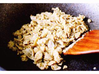金玉窝窝头+虾酱鸡蛋小炒,鸡蛋打散加入虾酱、料酒和胡椒粉拌匀后、炒熟盛出备用……