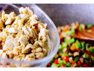 金玉窝窝头+虾酱鸡蛋小炒,倒入炒好的鸡蛋虾酱