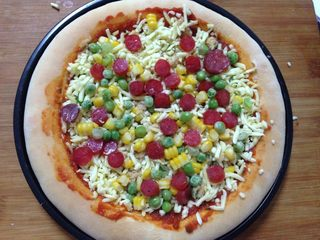 腊肠肉松披萨,撒入腊肠粒、玉米粒、豌豆粒
