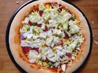 腊肠肉松披萨,撒上一层生菜块