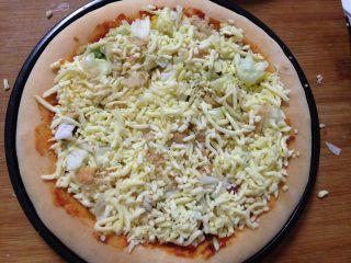 腊肠肉松披萨,加入马苏里拉奶酪